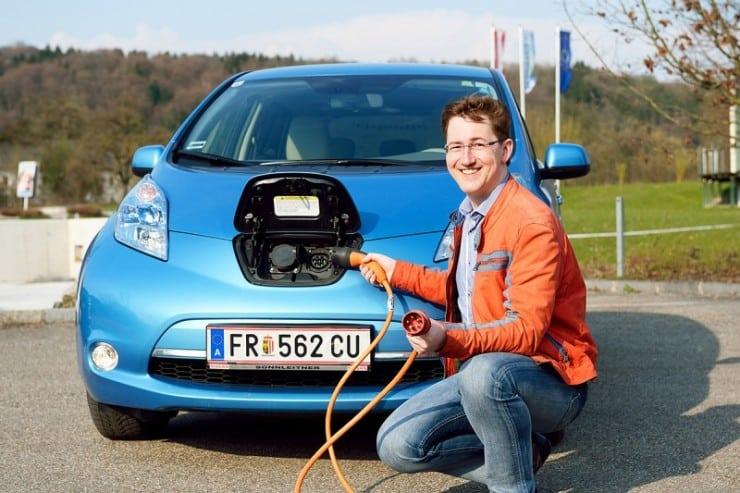 Bernhard Kern Präsident des Ersten Österreichischen ElektroMobilitätsClub Österreich demonstriert die neue Ladeoption seines Nissan Leaf