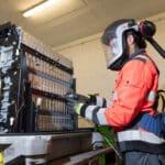 RENAULT GRUPPE, VEOLIA und SOLVAY arbeiten künftig beim Batterierecycling zusammen » 2021 Dismantling of an electric battery