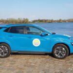 Hyundai Kona EV Facelift - Praxistest | 20210421 172738 Seitenansicht am Wasser