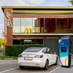 Von der E-Tankstelle bis zu Photovoltaik - Neue Standards für McDonald's Restaurants | 01 mcdonalds mer e ladesaeulen geschnitten min